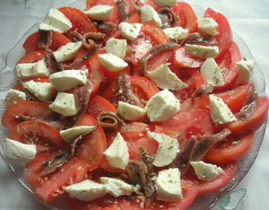 Карпаччо из тунца с помидорами